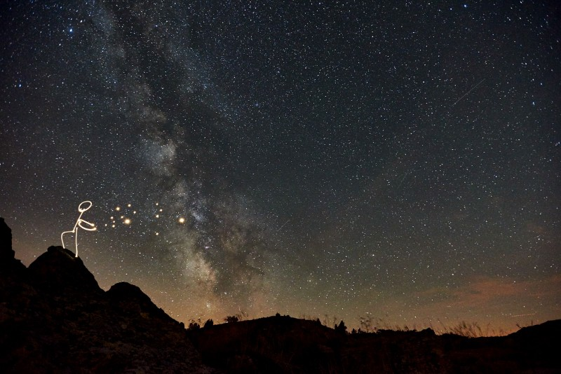 Sommet du Mont Mezenc, light painting d'un enfant lançant les étoiles dans le ciel. La voie lactée est visible