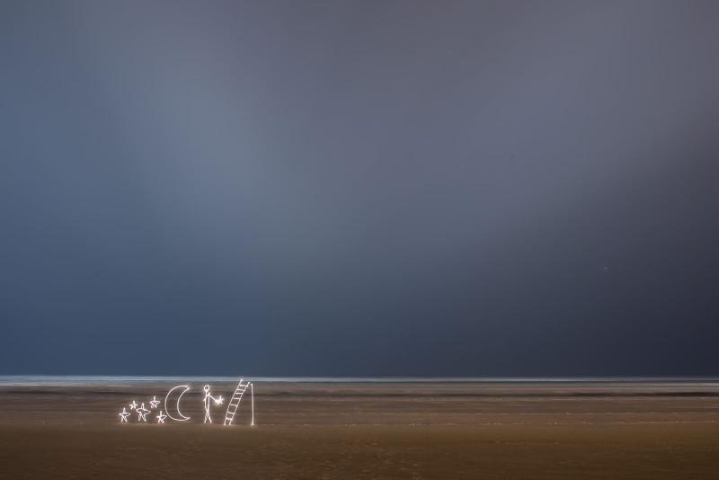 Light painting réalisé sur la plage du Touquet Paris Plage.Le maitre des étoiles.
